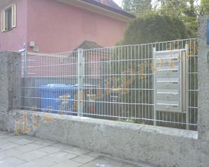 feuerverzinkter Zaun mit Briefkasten