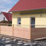 Sichtschutz für Terasse aus Lärche mit Stabelementen und Handlauf